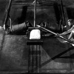 L'ingegno di Grant Williams in un momento topico di RADIAZIONI B X DISTRUZIONE UOMO di Jack Arnold (The Incredible Shrinking Man, USA 1957)