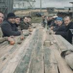 Famiglia attorno alla tavola durante The Net di Aleksandra Steljanaja (Nevod, Russia 2017)