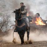 Chris Hemsworth a cavallo in una spettacolare immagine tratta da 12 Soldiers di Nicolai Fuglsig (12 Strong, USA 2018)