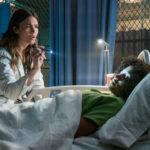 Mandy Moore esamina Amandla Stenberg durante Darkest Minds di Jennifer Yuh (USA, 2018)