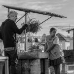 Il regista Alfonso Cuarón dà istruzioni sul set di Roma (USA, 2018)