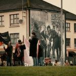 Un'altra immagine della manifestazione durante Bogside Story di Rocco Forte e Pietro Laino (Italia, 2017)