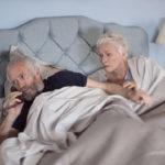 Jonathan Pryce e Glenn Close in un momento di intimità durante The Wife - Vivere nell'ombra di Björn Runge (UK, Svezia, USA 2017)