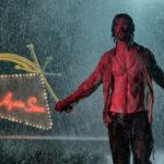 Uno ieratico Chris Hemsworth durante 7 sconosciuti a El Royale di Drew Goddard (Bad Times at El Royale, USA 2018)
