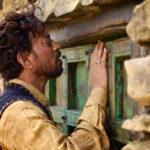 Ancora l'attore indiano a spiare durante The Song of Scorpions di Anup Singh (Francia, Svizzera 2017)