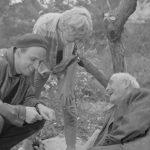 Ancora un'immagine del grande regista, rilassato sul set durante Bergman - A Year in a Life di Jane Magnusson (Svezia, Norvegia 2018)