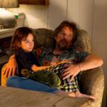 Ethan Hawke con la piccola Azhy Robertson in un momento di Juliet Naked di Jesse Peretz (UK, USA 2018)