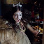 Emilia Jones in un momento topico de La casa delle bambole - Ghostland di Pascal Laugier (Incident in a Ghostland, Francia, Canada 2018)