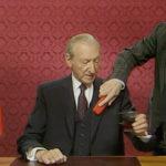 Kurt Waldheim al trucco durante il documentario The Waldheim Waltz di Ruth Beckermann (Waldheims Walzer, Austria 2018)