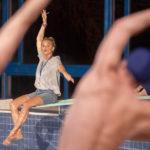Virginie Efira istruisce il gruppo durante 7 uomini a mollo di Gilles Lellouche (Le grand bain, Francia 2018)