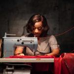 Marianne Jean-Baptiste al lavoro nel corso di In Fabric di Peter Strickland (UK, 2018)
