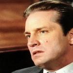 Un'immagine più redente di Joe Dallesandro sul set del serial televisivo Matlock