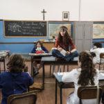 Paola Cortellesi maestra elementare durante La Befana vien di notte di Michele Soavi (Italia, 2018)