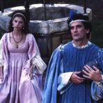 Amanda Sandrelli e Massimo Troisi durante Non ci resta che piangere di Massimo Troisi e Roberto Benigni (Italia, 1984)
