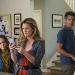 Liv Hewson, Drew Barrymore e Timothy Olyphant in un momento di Santa Clarita Diet, serie tv creata da Victor Fresco (USA, 2017-2018)