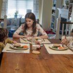 Anna Kendrick a pranzo con i pargoli in Un piccolo favore di Paul Feig (A Simple Favor, USA, Canada 2018)