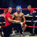 Dolph Lundgren come Ivan Drago assiste il suo rampollo sul ring in Creed II di Steven Caple Jr. (USA, 2018)