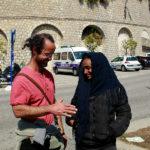 Cédric Herrou con una migrante in un'immagine tratta dal documentario Libero di Michel Toesca (Libre, Francia 2018)