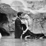 Mastroianni e Anita Ekberg nella celebre sequenza de La dolce vita di Federico Fellini (Italia, Francia 1960)