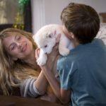 Mélanie Laurent è il cucciolo in un momento di Mia e il leone bianco di Gilles de Maistre (Mia et le lion blanc, Francia, Germania, Sudafrica 2018)