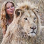 La protagonista Daniah De Villiers con il maestoso felino durante Mia e il leone bianco di Gilles de Maistre (Mia et le lion blanc, Francia, Germania, Sudafrica 2018)