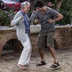 Ballo scatenato per Fabrizio Bentivoglio e Alessandro Gassmann durante Croce e delizia di Simone Godano (Italia, 2019)