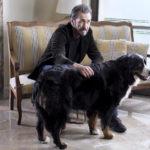 Marco Giannini con l'ingombrante cane di Domani è un altro giorno di Simone Spada (Italia, 2019)