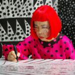 Un'immagine recente di Yayoi Kusama al lavoro nel documentario Kusama: Infinity di Heather Lenz (USA, 2018)