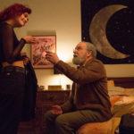 """Olivia Cooke con """"nonno"""" Mandy Patinkin in un'altra immagine tratta da La vita in un attimo di Dan Fogelman (Life Itself, USA, Spagna 2018)"""
