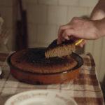 Una torta con qualcosa in più ne L'ingrediente segreto di Gjorce Stavreski (Iscelitel, Repubblica di Macedonia, 2017)