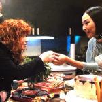 Natasha Lyonne e Greta Lee in un momento di Russian Doll, serie tv creata da Leslye Headland, Amy Poehler e Natasha Lyonne (USA, 2019)