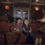 Asa Butterfield con Gillian Anderson in un'immagine tratta da Sex Education, serie tv creata da Laurie Nunn (UK, USA 2019)