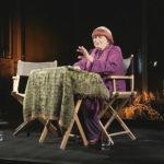Ancora un'immagine della regista, sul palco nel documentario Varda par Agnès di Agnès Varda (Francia, 2019)