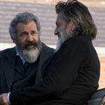 Mel Gibson e Sean Penn in un'immagine tratta da Il professore e il pazzo di Farhad Safinia (The Professor and The Madman, Irlanda, 2019)