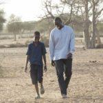 Lionel Louis Basse e Omar Sy in un momento de Il viaggio di Yao di Philippe Godeau (Yao, Francia, Senegal 2018)