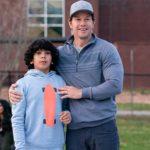 Mark Wahlberg con il giovanissimo Gustavo Quiroz in un momento di Instant Family di Sean Anders (USA, 2018)