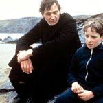 Liam Neeson e Hugh O'Conor in un momento di Lamb di Colin Gregg (UK, 1985)