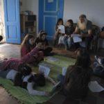 """Una lezione """"informale"""" nel corso del documentario Scuola in mezzo al mare di Gaia Russo Frattasi (Italia, 2018)"""