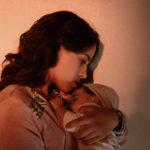 Maha Alemi e la sua bambina in una pregnante immagine tratta da Sofia di Meryem Benm'Barek-Aloisi (Francia, Belgio 2018)