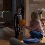 """Jackson Robert Scott con """"mamma"""" Taylor Schilling durante The Prodigy - Il figlio del male di Nicholas McCarthy (USA, Canada 2019)"""