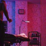 Il tatuatore si accinge a compiere il lavoro durante il corto The Tattooist di Michael Wong (Cina, 2018)