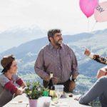 Festeggiamenti per i vent'anni di matrimonio durante Amur senza fin di Christoph Schaub (Svizzera, 2018)