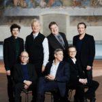 """Il cast di Monuments Men in posa con l'autore in un'immagine tratta dal volume """"Oltre lo sguardo"""" di Gianmarco Chieregato"""