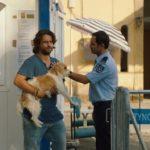 Adam Bousdoukos e l'amato cane nei guai durante Torna a casa, Jimi! di Marios Piperides (Smuggling Hendrix, Cipro 2018)