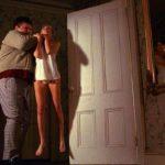 Fanciulla in serio pericolo durante Nel buio da soli di Jack Sholder (Alone in the Dark, USA 1982)