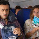 Jonathan Cohen e Camille Chamoux a bordo dell'aereo durante La prima vacanza non si scorda mai di Patrick Cassir (Premières vacances, Francia 2018)