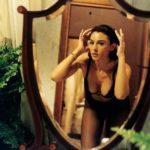 Monica Bellucci allo specchio ne L'ultimo Capodanno di Marco Risi (Italia, 1998)