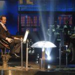 James Parks nella conduzione del gioco televisivo in The Elevator di Massimo Coglitore (Italia, 2015)