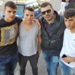 Al centro il regista Stefano Calvagna con i suoi giovani attori di Baby Gang (Italia, 2019)