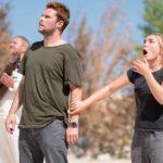 Jack Reynor e Florence Pugh in un momento tensivo di Midsommar - Il villaggio dei dannati di Ari Aster (Midsommar, USA 2019)